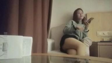 勾搭了很久的漂亮美少妇,约到酒店啪啪,有点害羞一直玩手机拉到床上抱着大腿使尽全力干!