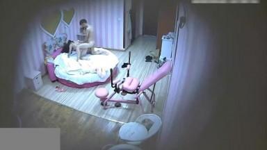 大学正妹和帅气男友见炮椅坏了床上疯狂抽插