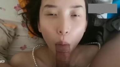 郑州徐姓学生妹深喉舔玩肉棒啪啪颜射